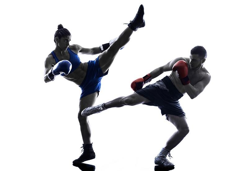 Отбивание ног Для применения этого удара лучше всего иметь базовые спортивные навыки (в идеале кикбоксинга). В отличие от предыдущего приема, этот— относительно безобиден. Но несколько правильных атак в бедро способны вывести хулигана из строя за достаточно короткий срок. Этот прием считается самым безопасным в искусстве самообороны, так как удары приходятся исключительно на мышцы.