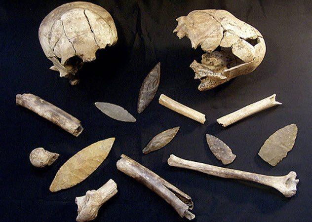 Массовая резня Жестокость индейцев майя хорошо известна. В 2005 году группа археологов практически случайно наткнулась на массовое захоронение у древнего города Канкуен. В общей могиле обнаружились останки трех сотен человек: завоеватели вырезали весь город, включая царя и царицу. Что еще более интересно, беспощадные убийцы после резни зачем-то похоронили мертвых в лучших одеждах и даже спустили в могилу украшения, как знак уважения к безжалостно уничтоженной цивилизации.