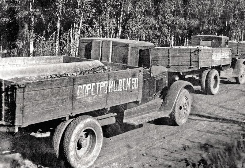 Ценности Смоленского банка Во время Второй мировой войны было потеряно множество ценностей. Часть из них была спрятана от врага и впоследствии возвращена в хранилища, но часть пропала. Так, из приграничного Смоленска банковские ценности эвакуировались чуть ли не в последний момент. Их было так много, что потребовалось 8 грузовиков. В их число входили слитки золота, золотые и серебряные монеты, купюры. Было решено отправить автоколонну по старой Смоленской дороге в Вязьму. Во время переправы через Днепр автоколонна попала под обстрел, и до деревни Относово, находящейся в 20 км к западу от Вязьмы, доехало пять машин из восьми. Их дальнейшая судьба неизвестна: Вязьма совсем вскоре была захвачена вермахтом. Предполагается, что командование колонны пришло к выводу: поскольку вывезти ценности из окружения уже невозможно, то бумажные деньги нужно сжечь, а золото и серебро закопать. Главный довод в пользу этого – тот факт, что после войны в Относово было обнаружено много серебряных монет выпуска 1924 года, вышедших из обращения задолго до войны. Однако клад по-прежнему не найден.