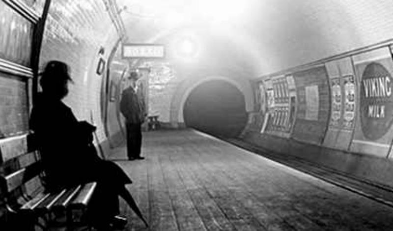 Подземные призраки Первые ветки лондонского метро пользовались дурной славой. К примеру, станция Олдгейт была построена прямо на месте средневекового захоронения жертв чумы, но это выяснилось позже. В 1943 году жители района Батнал-Грин вдруг бросились прятаться в метро — впоследствии они утверждали, что все слышали звук воздушной сирены. Надо ли говорить, что никакой сирены никто в тот день не включал?