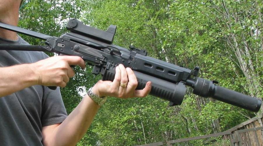 ПП-19 «Бизон» Пистолет-пулемет «Бизон» разрабатывался Виктором Михайловичем Калашниковым, сыном легендарного конструктора. Характерной особенностью ПП-19 является цилиндрический магазин на 64 патрона. Эта конструкция отличается повышенной надежностью и способна обеспечить очень высокую кучность огня в ближнем бою.
