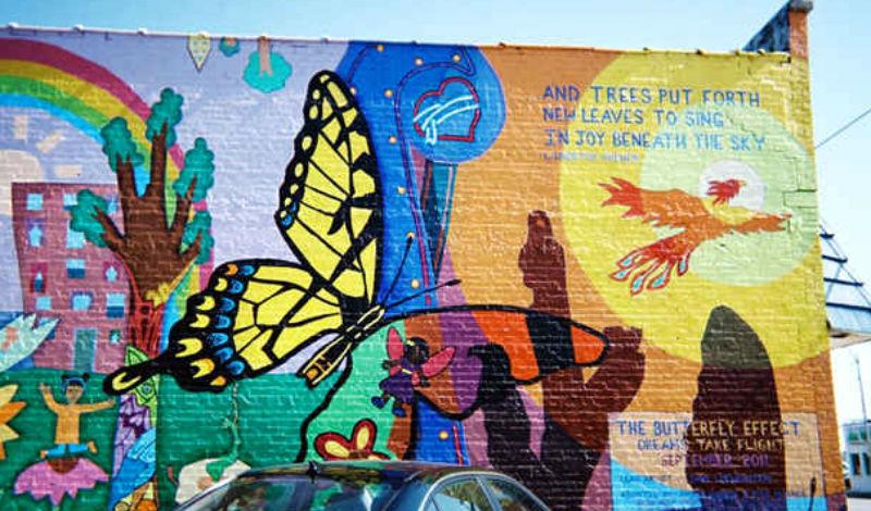 Люди-бабочки Джоплина Рассказы о загадочных людях-бабочках начались в Джоплине примерно за два месяца до торнадо 2011 года. Дети по всему городу уверяли родителей, что в небе постоянно мелькают какие-то призрачные фигуры. Местные жители до сих пор считают, что именно загадочные люди-бабочки уберегли город от трагедии: дети по всей округе упрашивали родителей выходить на улицы подальше от эпицентра торнадо.