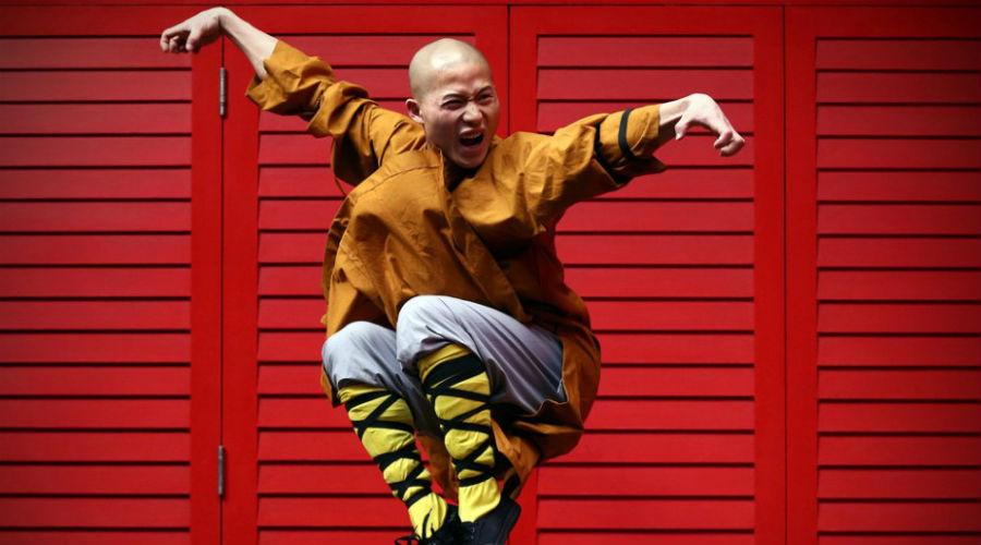 Полвека забвения Китаю дорого далось восстановление Шаолиня. После Второй мировой войны на развалинах монастыря жило всего семеро монахов и лишь трое из них ранее изучали шаолиньские боевые искусства. Власти страны в принудительном порядке привлекли мастеров ушу со всей округи. Они-то и стали прародителями современной школы Шаолинь.