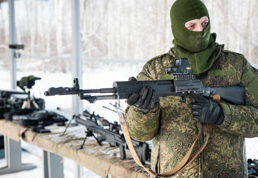 АН-94 Мало кто знает, что в 1997 году на вооружение армии был принят новый автомат АН-94, «Абакан». Он должен был полностью заменить морально устаревшие АК-74, но с задачей не справился. Дело в том, что конструкция автомата получилась слишком сложна для освоения солдатами-срочниками: кучность стрельбы достигается благодаря лафетной схеме, при которой ствол при первых двух выстрелах откатывается назад и стрелок чувствует отдачу только на третьем выстреле. Сегодня «Абакан» остался на вооружении спецподразделений и особого отдела МВД.