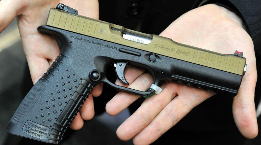 Стриж Этот бескурковый автоматический пистолет разрабатывался российской компанией Arsenal Firearms. Конструкторы работали в тесной связке с бойцами российских спецподразделений — в результате «Стриж» получился практически идеальным. Стандартная модификация позволяет бойцу установить подствольный фонарь или лазерный целеуказатель. Высокоточный пистолет настолько стабилен при стрельбе, что Arsenal Firearms выпустили его удлиненную версию, оснащенную прикладом, оптическим прицелом и двуногой для опоры при стрельбе. Так называемая «штурмовая» модификация имеет расширенный магазин на 30 патронов.