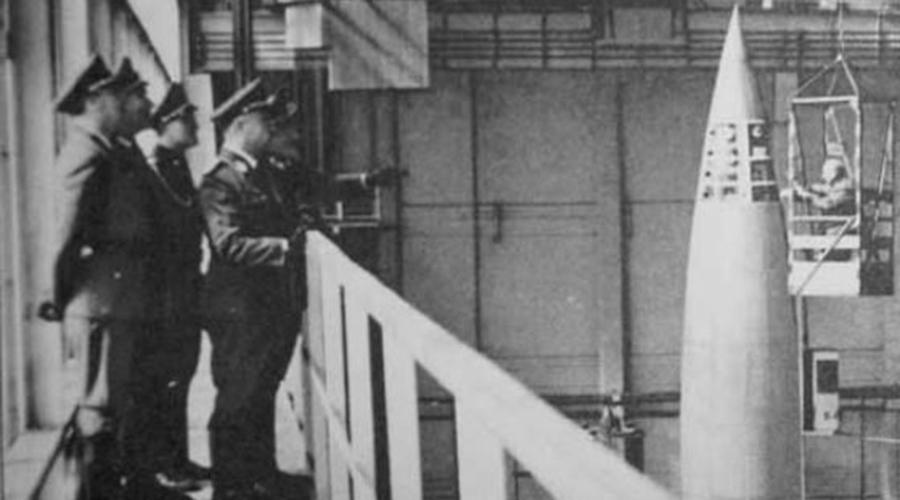 Реактивные двигатели Конечно, реактивный двигатель нужен был Третьему Рейху только для одной цели: создать убероружие. Первый в мире реактивный двигатель разработал и собрал гениальный инженер Вернер фон Браун. Кстати, уже после войны изобретателя тайно перевезли в США, где он лично руководил разработкой американского шаттла «Экслорер», а затем и ракеты-носителя «Сатурн-5», которая была использована в лунной программе.