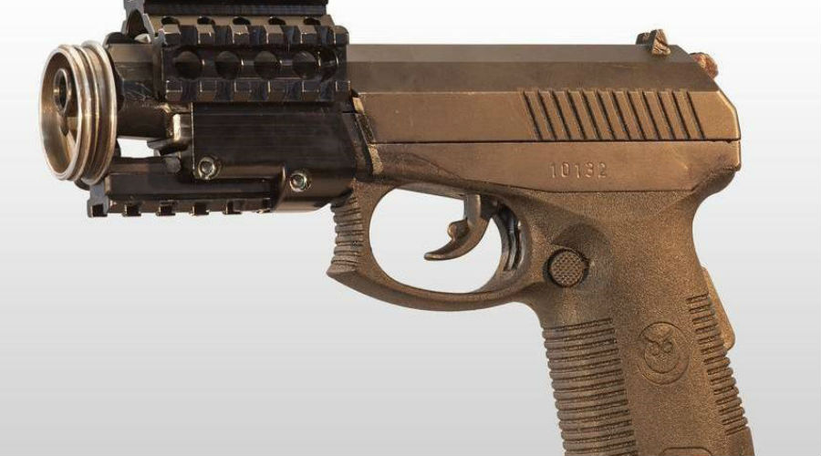 СР1МП Это новейшая модификация Самозарядного Пистолета Сердюкова, который в свое время был разработан по заказу силовых подразделений специального назначения. Новый комплекс оружие-патрон требовался потому, что криминальные группировки все чаще начали пользоваться бронежилетами. Созданный в 1996 году СР-1 способен эффективно поражать противника в средствах индивидуальной защиты , ну а СР1МП отличается от предшественника наличием пазов, куда можно закрепить планку Пикатинни.