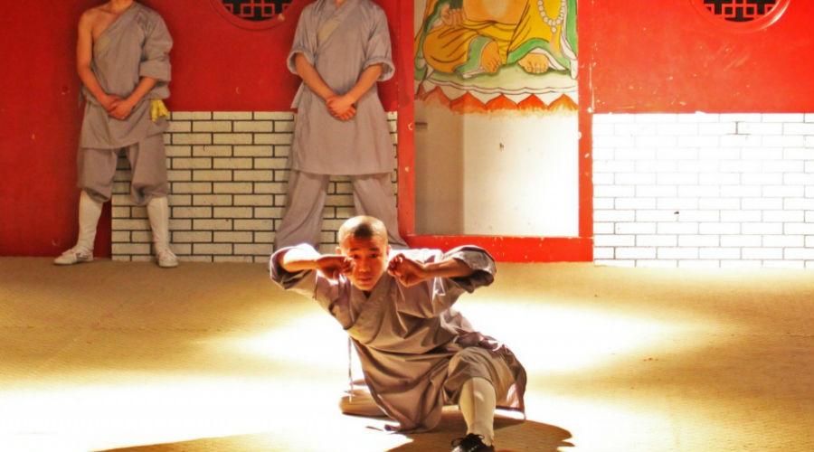 13 боевых монахов Ли Шиминь призвал главу монастыря Шаолинь помочь удержаться у власти. Тот послал всего 13 монахов, которые в 620 году без труда подавили восстание в самом зачатке. За эту помощь монарх даровал монастырю высочайшее соизволение содержать войско монахов: так Шаолинь и стал первым во всей стране центром боевых искусств.