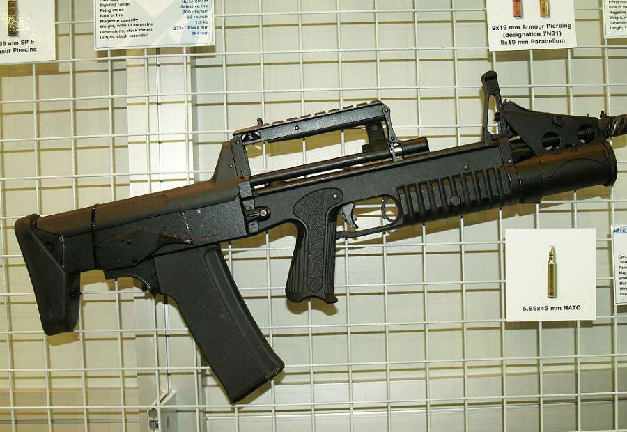 А-91 Отчего-то популярная на западе компоновка булл-пап не очень прижилась в России, хотя автоматы именно такой конструкции прекрасно показывают себя в городских боях. Стрелково-гранатометный комплекс А-91 — один из немногих автоматов, разработанных по этой схеме. Компактное, удобное и мощное (чего стоит только 40-миллиметровый подствольник) оружие массовым, к сожалению, не стало, и сегодня используется только в специальных подразделениях силовых ведомств.