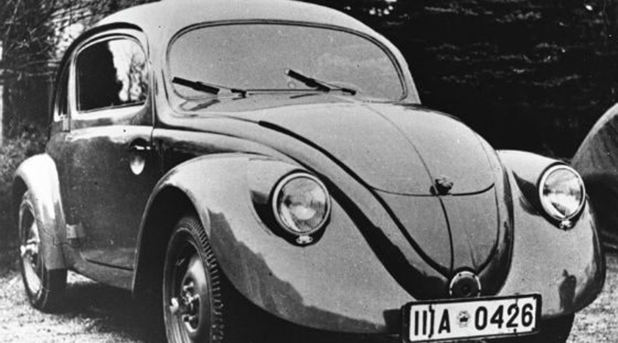 Фольксваген «Жук» Пожалуй, один из самых узнаваемых автомобилей мира был создан по личному приказу Гитлера. Он выделил Даймлеру и Бенцу более 50 миллионов рейхсмарок, и в 1937 году с завода вышла первая партия автомобилей под маркировкой Kraft durch Freude (Сила через радость). Затем завод остался под властью британцев, которые вновь наладили выпуск автомобилей.