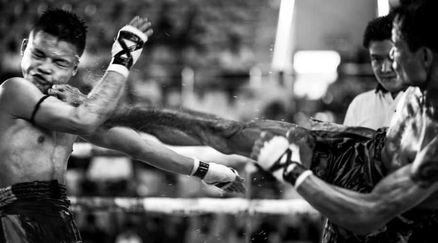 Типичные приемы Удар растопыренными пальцами в лицо — классика лэхвэй. Все, что требуется для ошеломления и испуга противника. Атаковать можно любую часть тела. Победными часто становятся удачные удары по коленям или удары ногами прямо в шею. Смертельные случаи? Хоть отбавляй.