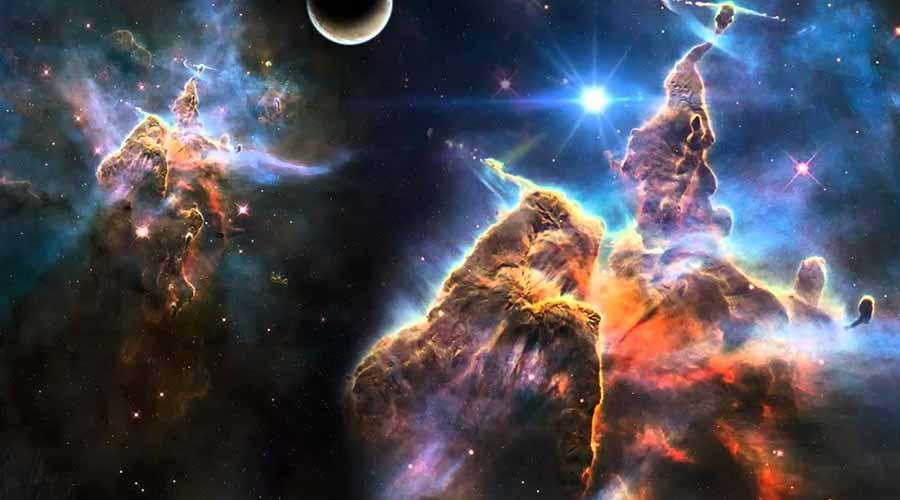 Грандиозный магнит После долгих лет изучения ученые могут сказать только одно: Великий аттрактор является самым крупным сверхскоплением галактик во Вселенной. Но и этой невероятной массы галактик не хватает, чтобы объяснить притяжение! Физики предполагают, что за пределами видимой нам части космоса существует еще какая-то грандиозная структура, являющаяся частью Великого аттрактора. Может быть, там скрывается невероятное количество темной материи, нам еще неизвестной.