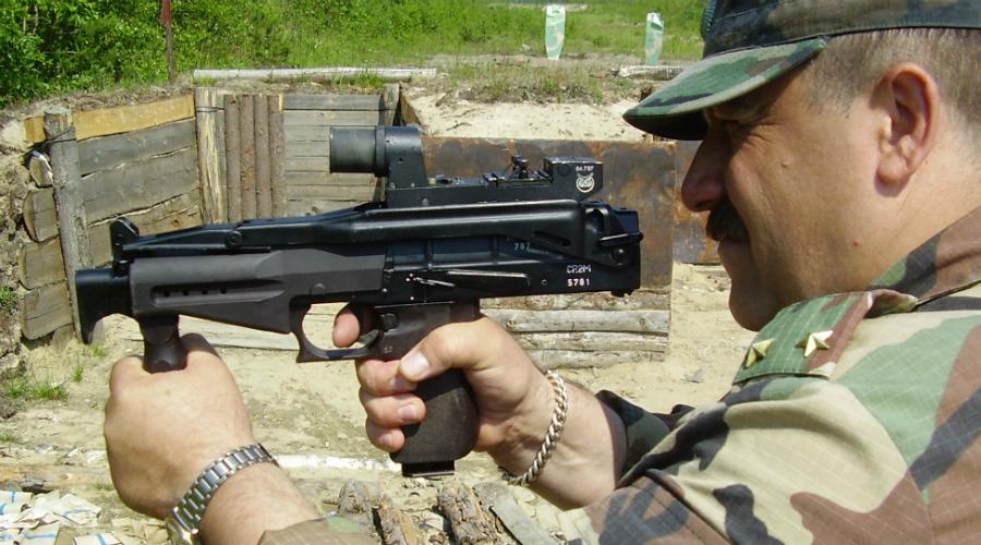 СР-2М «Вереск» Пистолет-пулемет предназначен для поражения противника в ближнем бою на дистанции до 200 метров. Примечательно, что СР-2М «Вереск» способен с легкостью пробивать бронежилеты даже серьезного класса защиты. К достоинствам автомата можно отнести очень высокую огневую мощь, высокую кучность стрельбы и поражающее действие пули на ближних дистанциях.