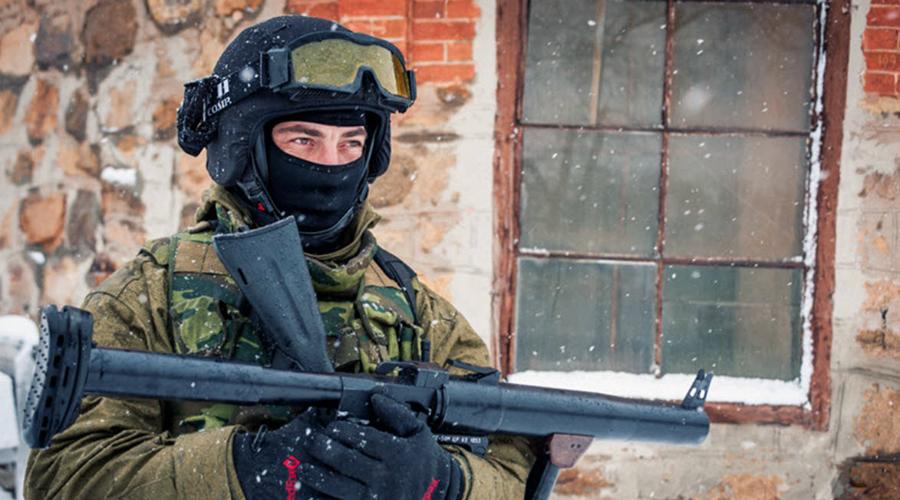РГС-50М РГС-50 (Ручной гранатомет калибра 50-мм) был создан для спецподразделений КГБ. В 90-х годах конструкция прошла серьезную доработку и сейчас поставляется в спецподразделения под маркировкой РГС-50М. Это однозарядная конструкция использует специальные выстрелы унитарного заряжания в пластиковых гильзах. Можно выбрать гранаты различного действия; при выстреле снаряд стабилизируется на траектории при помощи специального оперения, за счет чего достигается высокая точность стрельбы.