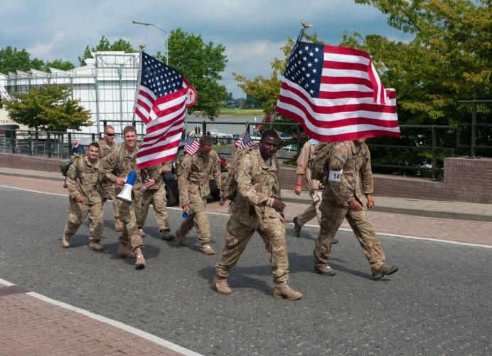 США Призыв: на добровольной основе Сама история Америки подразумевает, что в случае чего каждый гражданин сможет стать с оружием в руках на защиту родины. Служба в армии США — дело добровольное и поощряемое правительством.