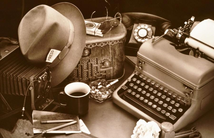 Журналист Профессия журналиста в известной степени романтизирована благодаря фильмам: в первую очередь представляется человек, вдохновенно набирающий текст на ноутбуке в окружении десяток чашек кофе. В реальности же жизнь работников СМИ редко похожа на голливудскую сказку: люди, для которых журналистика действительно призвание, нередко отдают за нее жизнь, при этом рискуют не только военные корреспонденты и операторы, фотографы, отправляющиеся в горячие точки. В августе 2017 года шведская журналистка Ким Валль поехала брать интервью у датского предпринимателя Питера Мадсена, владельца крупнейшей в мире частной подводной лодки. Вместе они отправились из Копенгагена в небольшое путешествие на субмарине — и больше Ким Валль никто не видел живой. Только 21 августа на берегу были обнаружены останки журналистки. Питер Мадсен утверждает, что она погибла в результате несчастного случая, однако в начале октября на его компьютере были найдены видеоматериалы с обезглавленными женщинами. Даже самый обычный выезд на место событий, не предвещающий никаких проблем, может привести к печальным последствиям. Корреспондент федерального канала Алексей Иванов оказался в больнице с сотрясением мозга: на глазах у съемочной бригады на него напал водитель, попавший в кадр во время съемки сюжета о выделенных полосах для общественного транспорта. Еще одного журналиста, Андрея Семцова, сбила машина, когда он освещал гоночные соревнования: впрочем, это был несчастный случай — спорткар просто занесло на резком повороте. В целом, любой сотрудник СМИ каждый день может отправиться освещать события, которые рискуют обернуться для него катастрофой. Ураганы, наводнения и снежные бураны, теракты и пожары, захват заложников и обрушение крыши — обо всем этом они рассказывают из самого эпицентра и в любой момент могут пострадать.