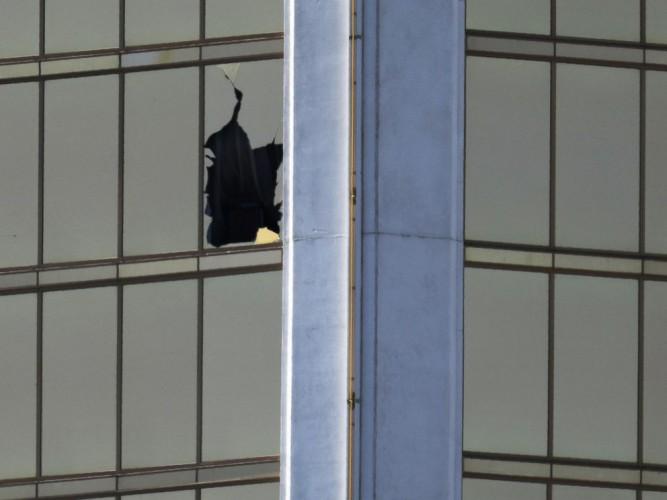 Записка На фотографиях гостиничного номера Стивена Паддока видна записка. Власти не сразу рассказали о том, что это предсмертная записка самоубийцы и до сих пор не раскрыли ее содержания. Но почему?