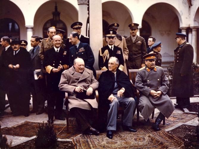 Ключ к Европе На Ялтинской конференции союзники решили один из важнейших вопросов — свободу Польши. Именно эта страна давала СССР ключ ко всей Восточной Европе. Как выяснилось впоследствии, Сталин рассчитывал поставить в Польше марионеточное правительство. Кроме того, большевики начали заглядываться и на Турцию, фактически выдвигая свои территориальные претензии и на эту страну. В таких условиях Черчилль был просто вынужден разработать план противодействия коммунистам.