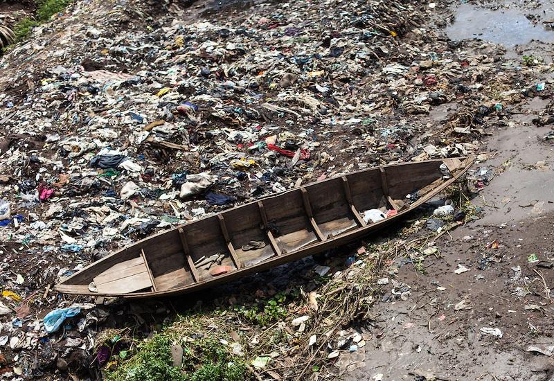 Ситарум, Индонезия Индийский океан огромен. Индонезийский архипелаг – крупнейший в мире. Но проблемы с питьевой водой начались там задолго до индустриальной революции. Сейчас не менее 300 миллионов человек вынуждены кипятить помои, просто чтобы напиться воды – и это в тропическом климате. В озеро Ситарум стекаются отходы более ста химических предприятий. Многие попадают и на рисовые поля. В 2011 году правительство клятвенно пообещало разрешить ситуацию. Стоимость рассчитанного на 15 лет проекта реабилитации озера оценивалась в $4 млрд. Ситуация постепенно улучшается.