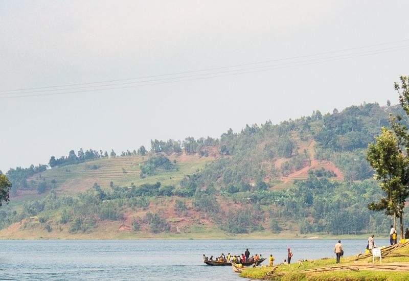 Киву: Конго и Руанда Озеро находится на переднем фланге фронта непрекращающейся уже более полувека племенной войны. Это само по себе делает его очень опасным для жизни. Но природа сама создала эту границу для враждующих государств: из глубины постоянно выделяются метан и угарный газ; когда накопится достаточный объем, достаточно выстрелить из винтовки или бросить спичку. Такие случаи были, и всегда заканчивались гибелью всего живого в радиусе 50–100 км. Подводных вулканов в Африке немало, но этот считается самым коварным.