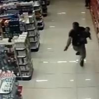 Полицейский уложил двух преступников не выпуская из рук ребенка. Реальное видео!