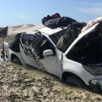 Машина просто застряла на прибрежной дороге, а за ночь ее окружили крокодилы