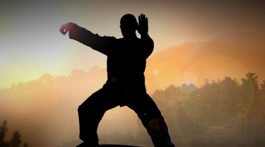 Тай-чи Китайское боевое искусство тай-чи-цюань сочетает в себе ряд изящных, плавных движений — своего рода подвижная медитация. Упражнение выполняется медленно и осторожно с высокой степенью фокусировки, и особое внимание уделяется глубокому дыханию. Поскольку практикующие могут работать каждый в своем собственном темпе, тай-чи подходит для любого возраста.