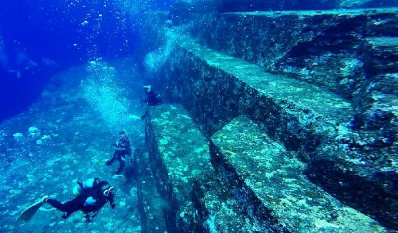 Монумент Йонагуни У побережья японского острова Йонагуни водолазы обнаружили самый настоящий подводный город. Просто удивительно, почему исследования не продолжаются и сейчас — находка действительно пугает и вдохновляет одновременно. Каменные образования датированы возрастом в 16 тысяч лет, аналогичные структуры обнаружены у островов Окинавы. А в проливе между Тайванем и Китаем (по другую сторону от Йонагуни) существуют и другие подводные структуры, больше всего напоминающие дороги и стены.