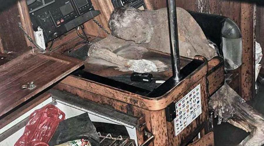 Капитан-мумия Яхта «Сайо» привлекла внимание филиппинских пограничников, поскольку с ее борта не отвечали на запросы. Как выяснилось позднее, отвечать было просто некому: экипаж судно покинул, а в одной из кают обнаружилась прекрасно сохранившаяся мумия, руки которой тянулись к телефону. Скорее всего, мужчина умер от внезапного сердечного приступа.