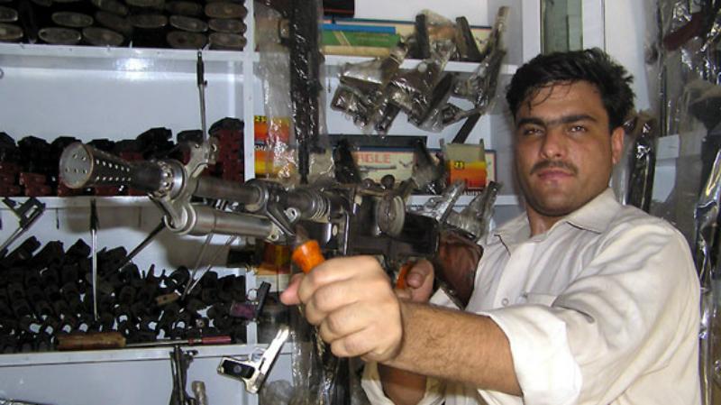 Пакистанский сюрприз Кустари из пакистанского города Дарра наловчились собирать свои собственные версии автомата Калашникова. Повесить на «ствол» могут любую игрушку, от дополнительной рукояти до оптического прицела. Правда, никто из местных мастеров не может гарантировать, что доработанный АК не взорвется прямо в руках у бойца.