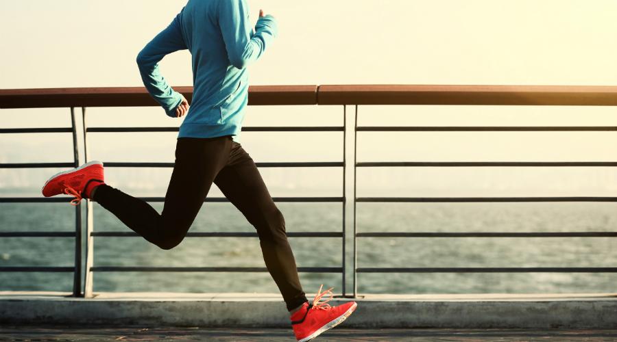 Бег Самый обычный бег оказывает существенное позитивное влияние на работу тела и мозга. Тридцатиминутная утренняя пробежка заряжает энергией на день вперед, вечером же позволяет сбросить скопившееся за день напряжение. Экспериментальное исследование, проведенное на людях, страдающих от депрессивных расстройств, показало, что трехразовая беговая тренировка за неделю значительно повышает уровень содержания дофамина в крови, снижая в то же время уровень кортизола, гормона стресса.