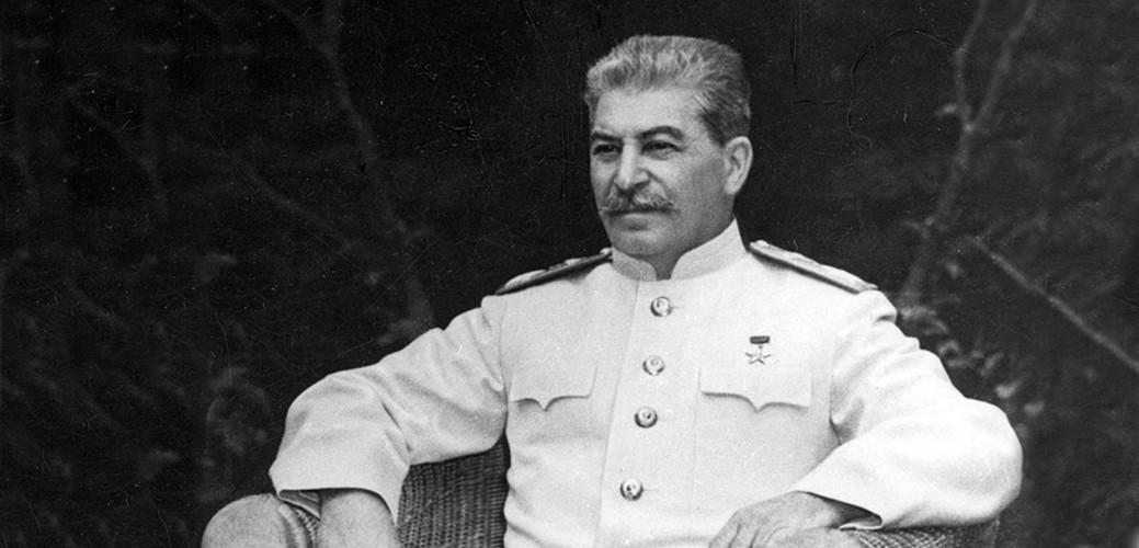 Иосиф Сталин Правда:кровоизлияние в мозг Официальная медицина придерживается совсем другой версии. Иосиф Сталин скончался от кровоизлияния в мозг, а перед тем пережил несколько сильных инсультов. Никаких доказательств «яда в бутылке» найдено не было.