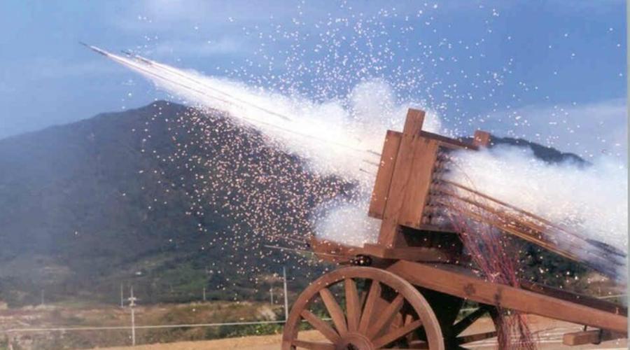 Хвачха В Средние века, пока вся Европа щеголяла доспехами и длинными мечами, корейцы уже разработали первую в мире систему залпового огня. «Хвачха» переводится как «огненная повозка»: на основу устанавливалась пусковая установка, куда в ручную крепились ракеты с острым наконечником и пороховым зарядом. Дальность поражения была значительна для того времени и достигала 450 метров.