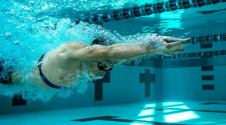 Плавание Считайте плавание идеальной тренировкой тела. Работают абсолютно все мышцы. Плавание повышает сердечный ритм и даже защищает мозг от возрастных изменений. Регулярные тренировки по 30-45 минут помогают бороться с депрессией, уменьшают стресс и формируют по-настоящему атлетическую фигуру.