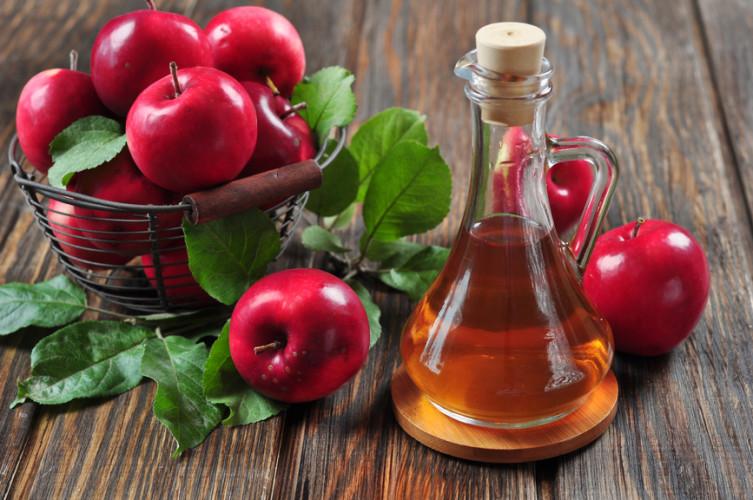 Яблочный уксус В хорошем яблочном уксусе содержатся кислоты, активно препятствующие размножению бактерий. Попробуйте сделать коктейль из разведенного водой яблочного уксуса и меда — должно помочь.