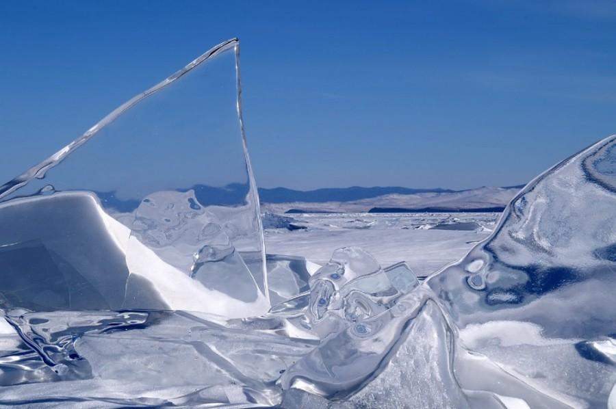 Ледяные сопки Эти сопки появляются только на льду озера Байкал. Открыты они были в 1930-х годах, но специалисты Байкальской лимнологической станции до сих пор не понимают природы появления полых внутри ледяных сопок.