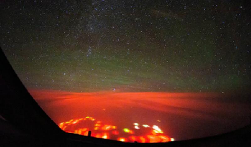 Красное свечение над Тихим океаном Этот странный красный свет впервые увидел Крисяан ван Хейст. Он летел из Гонконга на Аляску на Боинге 747-8, а сияние будто зародилось под ним после вспышки молнии. В настоящее время явление остается в разряде необъяснимых.