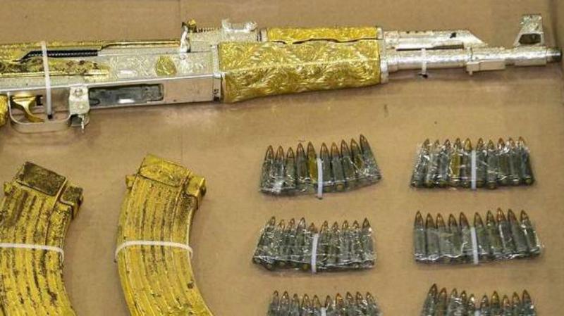 Золотой убийца Вариации инкрустированного драгоценными материалами АК встречаются довольно часто. Отчего-то особенно любят украшать советского старичка боевики мексиканских картелей — этот, к примеру, был конфискован полицией у наркобарона Рамиро Гонсалеса.