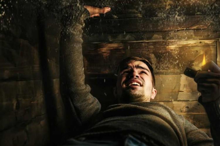 Погребенный заживо А этот фильм противопоказан тем, кто страдает от клаустрофобии. Американский солдат попадает в засаду и теряет сознание. Очнется он уже в гробу… Тяжелый, но очень интересный фильм.