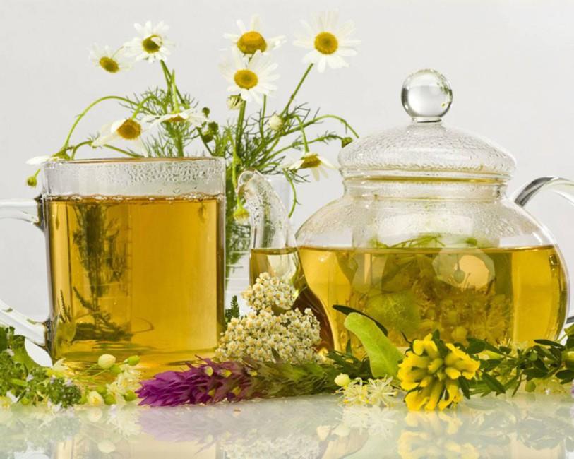 Травяной сбор Все ингредиенты легко найти в любой аптеке. Вам понадобятся липовый цвет и сушеные листья смородины. Заварите травяной сбор кипятком, охладите и пейте в течение дня.