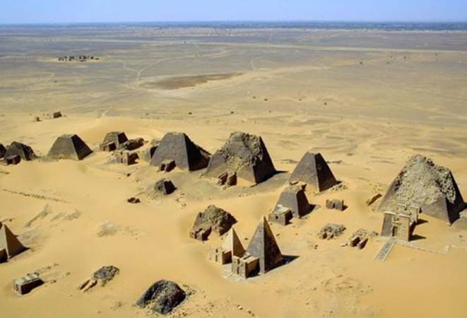 Мероитский язык Когда-то на территории современного Египта стоял древний город Мероэ, культура которого была тесно связана с Древним Египтом. Вот только язык у них был почему-то свой, да такой необычный, что ученые до сих пор не могут найти связи ни с одним другим языком мира. Сегодня известны значения чуть больше сотни мероитских слов, но для чтения текстов это очень мало.