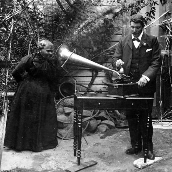 Тасманийские языки Сегодня исследователи полагают, что в древности на территории Тасмании существовало до 6 совершенно разных языков. Последний носитель, Фанни Кокрейн Смит, скончалась в 1905 году, успев сделать несколько записей языка на восковые цилиндры.
