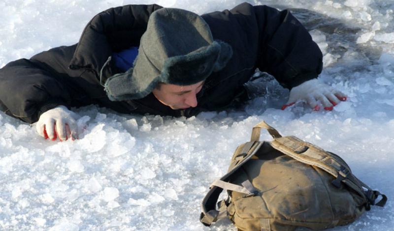 Опасный край Выбраться на лед из полыньи очень трудно. Все дело в том, что ее края подмыты водой и очень скользки. Вам нужно обломать скользкие края ударами локтя, обязательно защищенного одеждой. Теперь появилась возможность зацепиться за лед.