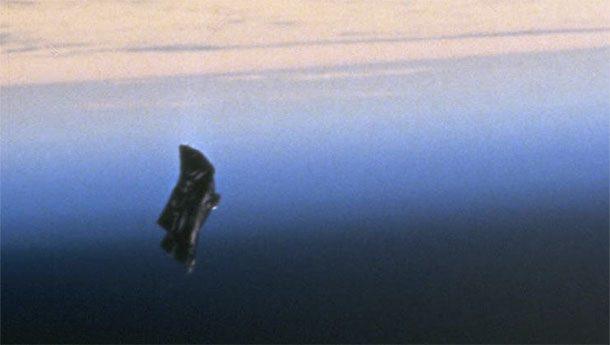Черный рыцарь Согласно многочисленным конспирологическим теориям, вокруг Земли уже тысячи лет вращается спутник-шпион внеземных цивилизаций. На фотографиях НАСА и в самом деле хорошо заметен странный объект, прозванный в сети «Черным рыцарем». Сотрудники космического агентства уверяют, что это просто мусор, никак не комментируя строгую и правильную геометрию объекта.
