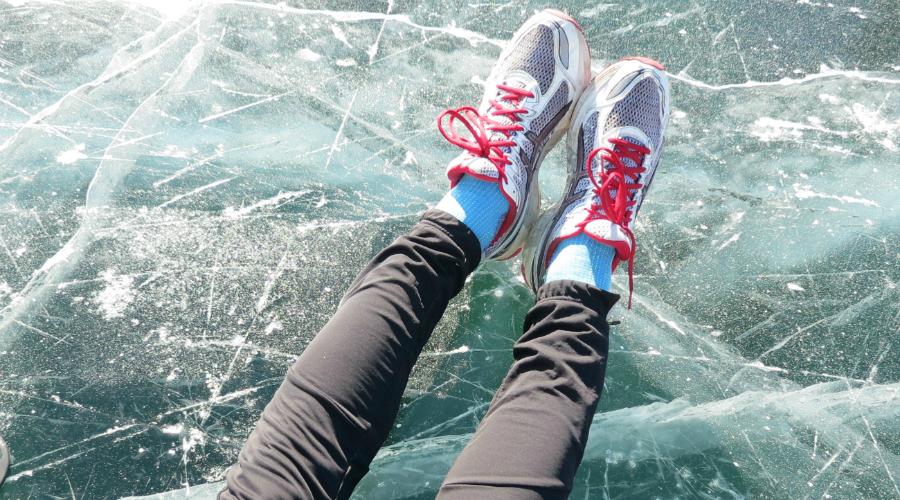 Обувь, шапка, перчатки Длительные пробежки по заснеженным дорожкам требуют правильных кроссовок, иначе велика вероятность застудить ноги, да и просто упасть на льду. Выбирайте высокие модели со специальной нескользящей подошвой. Обувь с покрытием Gore-Tex будет идеальным вариантом. Без защиты рук и ушей от холода на улице тоже делать нечего: не скупитесь на хорошие спортивные перчатки и флисовую повязку на голову.