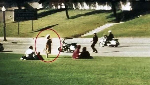 Леди Бабушка Первые же выстрелы, сразившие американского президента Джона Кеннеди разогнали перепуганную толпу. Среди прочих значительно выделялась одна-единственная фигура, прозванная журналистами «леди бабушкой». Женщина спокойно стоит и снимает все происходящее на камеру, причем удачное для съемки место явно выбрано заранее. Само собой, у полиции имелось к загадочной бабушке масса вопросов, вот только найти ее больше не получилось.