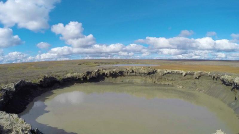 Тундровое озеро К настоящему моменту никакой воронке на Ямале больше нет. Гигантская дыра полностью заполнена водой и теперь представляет собой всего шильная одно из многих тундровых озер на полуострове.