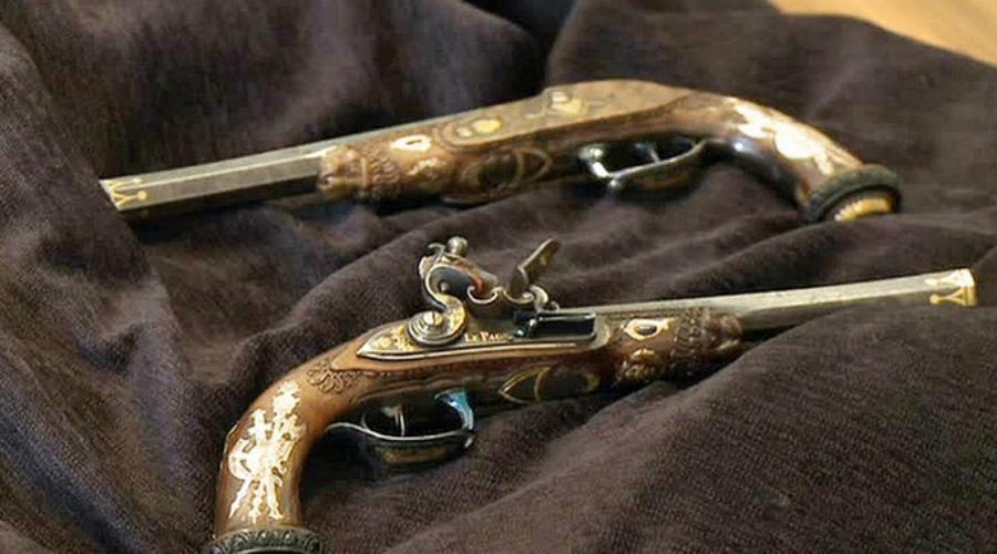 Пистолеты Симона Боливара За баснословные деньги ушла с аукциона личная пара пистолетов Симона Боливара, великого воина, возглавившего революционную борьбу за независимость Венесуэлы. Оружие XIX века продали за 1 миллион 870 тысяч долларов.