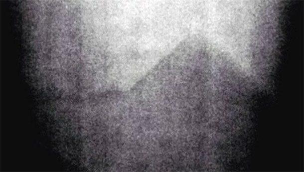 Загадочная пирамида на Луне А вот этот снимок привезли с собой космонавты миссии «Аполлон 17». Долгое время он нигде не публиковался: пресс-служба НАСА не без оснований полагала, что изображение загадочной пирамиды вызовет в обществе немалый резонанс. Что это за сооружение правильной формы никто не знает до сих пор.