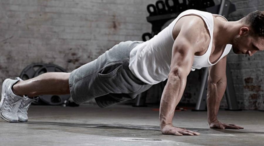 Планка Не зря фитнес-тренеры так любят планку, упражнение и в самом деле очень полезно. Вариаций планки много, но в комплексе вполне можно использовать и стандартную стойку на локтях. Время планки лучше увеличивать постепенно: начните с 30 секунд и доведите до минуты-двух.